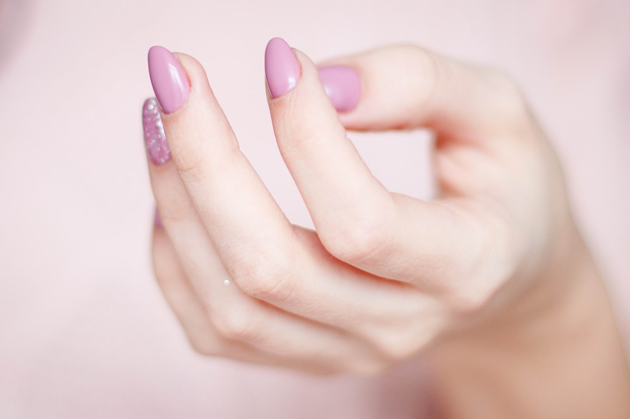 Moisturizing your hands regularly is fundamental to having stronger, beautiful nails